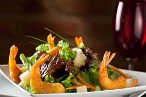 AndreaTinoco_salada-verde-com-camarão-crocante-e-vinagrete-de-abacaxi_credito-Rodrigo-Azevedo_01