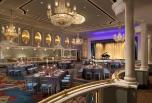 Salão correspondente ao interior do Hilton Hotel.