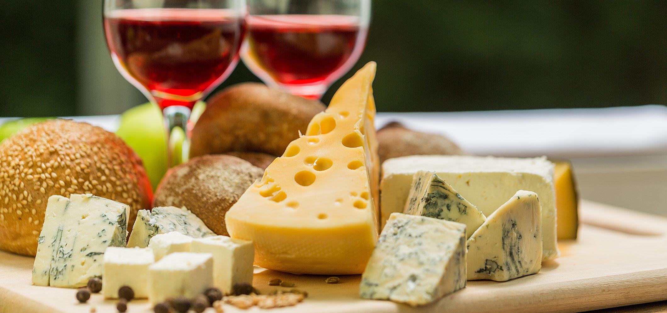 Um guia de harmonização de vinhos e queijos.