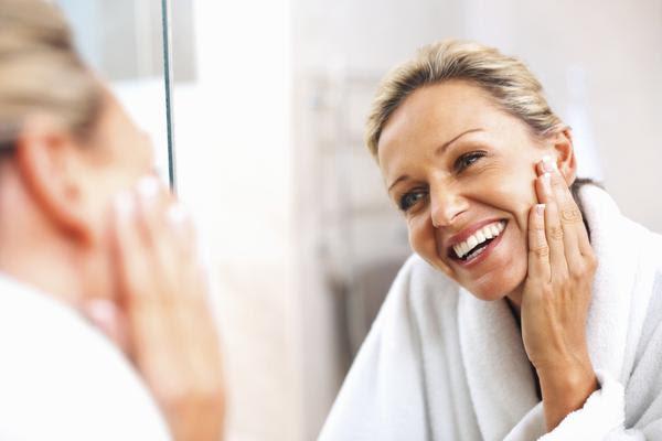 Tudo sobre o ácido retinoico: o poderoso anti-idade que trata rugas, mas pode manchar pele no verão